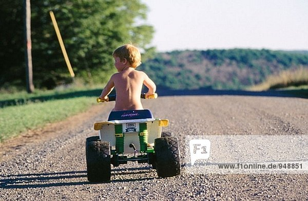 Nackte junge auf seine ATV
