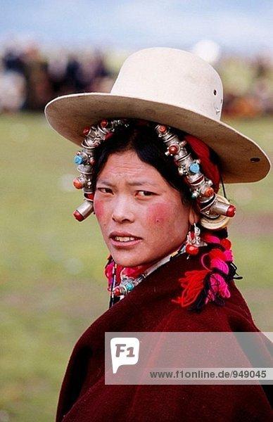 Tibetische Mädchen mit traditionellen Schmuck. Litang Horse Festival. Sichuan. Westchina