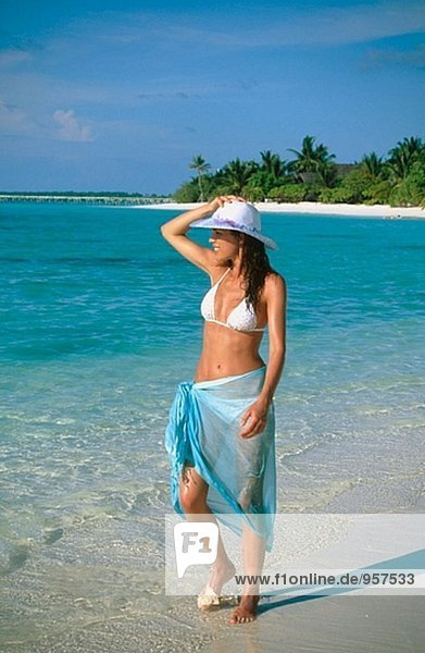 Frau an einem Strand in Ari Atoll. Malediven