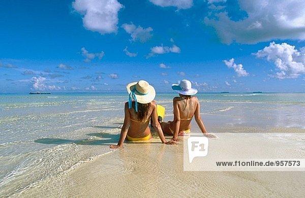 Frauen am Strand von White Sands Resort und Spa. Ari Atoll. Malediven