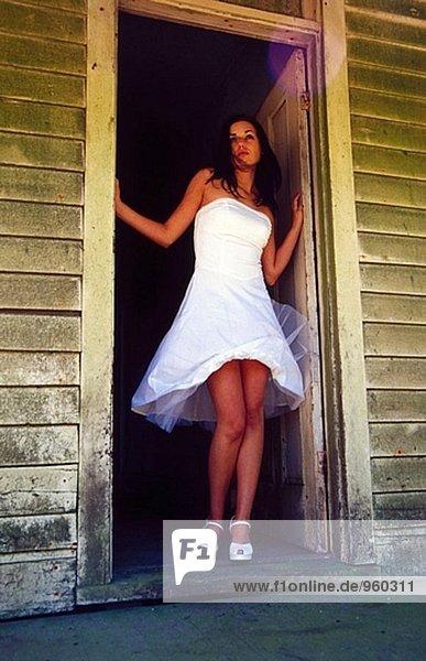 junge sexy Frau in doorway