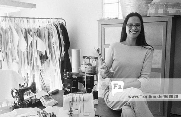 Junge schatten schattenwurf Modedesigner starten ihr Geschäft in ihrem Hause garage