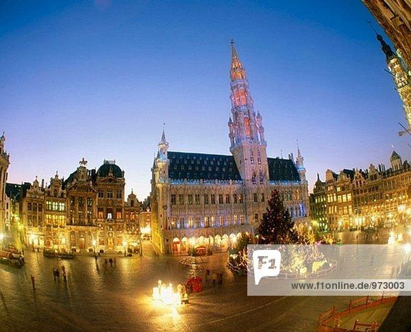 Rathaus Gebäude an der Grand Place mit Weihnachtsbeleuchtung. Brüssel. Belgien