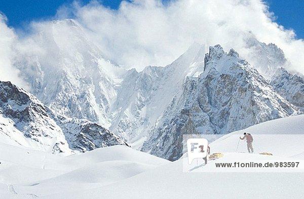 Skifahrer schleppen Schlitten in der Gasherbrum IV  Godwin-Austen-Gletschers. Karakorum  Pakistan