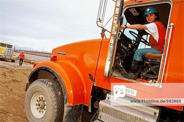 Weibliche LKW-Fahrer. Ich-880 Cypress Projekt. Oakland  Kalifornien. USA.
