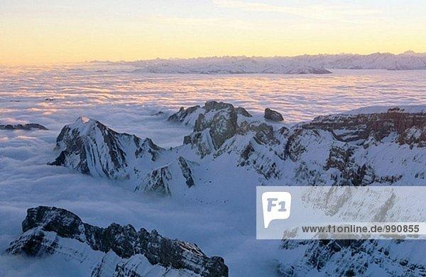 Ostalpen mit Nebel bei Sonnenaufgang. Blick von der Säntis. Appenzell. Schweiz.