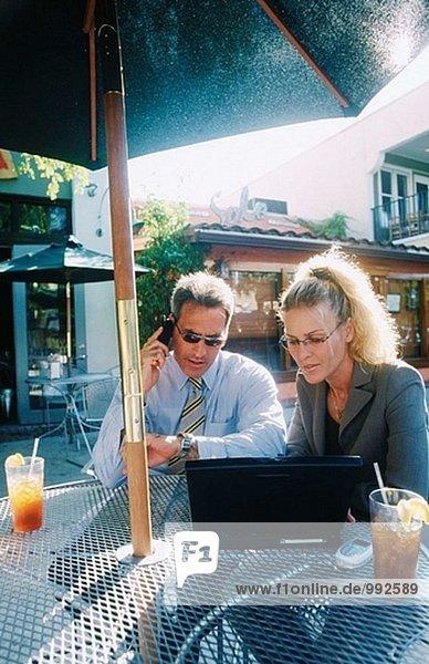 Geschäftsleute an Café im freien