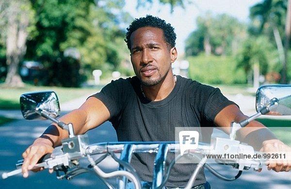 Afro-Amer Mann auf Motorrad