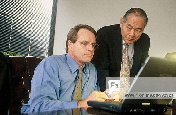 zwei Geschäftsmann mit laptop