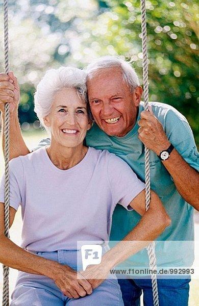 älteres Paar auf eine Schaukel