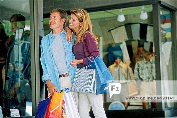 junges paar einkaufen