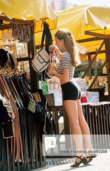 Mädchen in ein outdoor-Markt einkaufen
