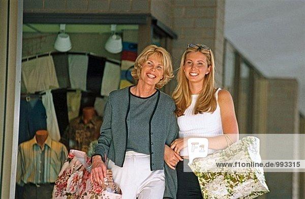 Mutter und Tochter einkaufen gehen