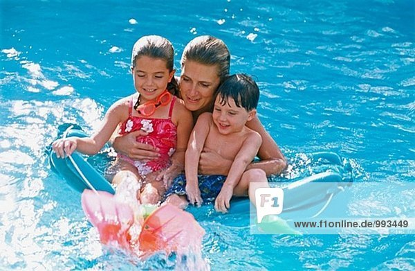 Mutter und Kinder in einem pool
