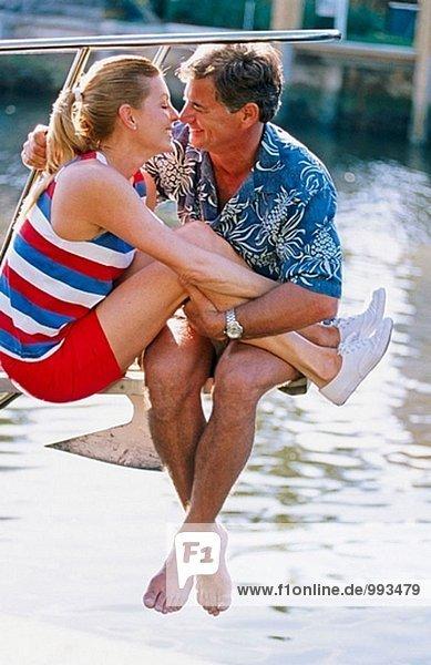 gemütliche Paar auf einem Segelboot
