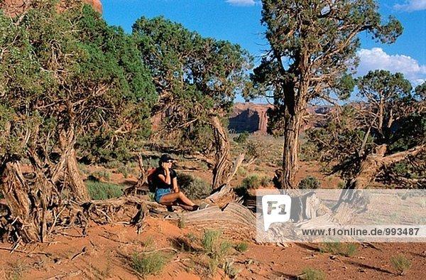 Mädchen auf einem Handy im Monument Valley usa