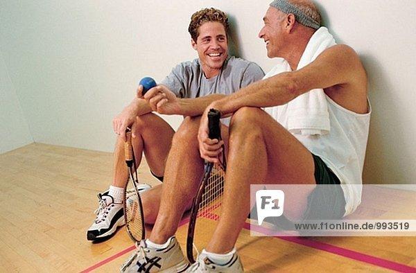 Racket Ball Spieler entspannen/Chat zwischen den spielen