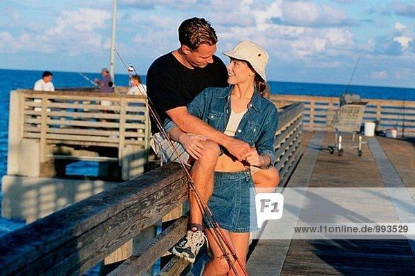 Paar auf Fishing pier