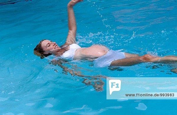 pregnant Frau beim training in ein Schwimmbad