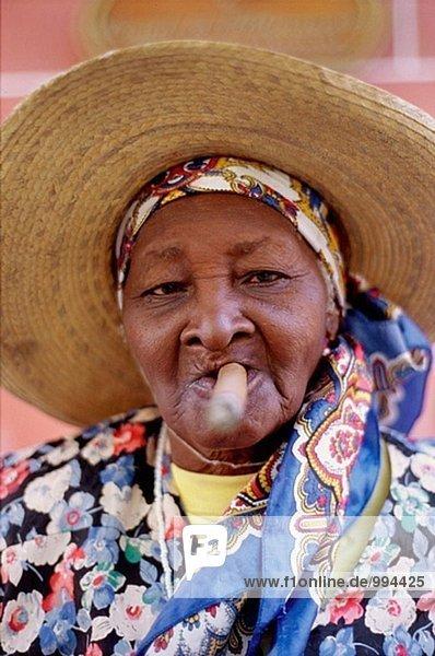 Kubanische Frau raucht eine Zigarre. Alte Havanna  Kuba