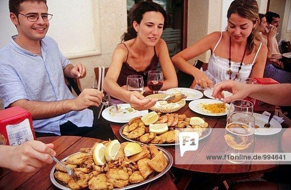 Gebratene kleine Fische (´Pescaito´ Frito). Freiduría Las Flores Restaurant. Cádiz. Andalusien. Spanien.