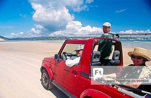 Lokale Leute in ihrem 4WD Auto  fahren am Strand von Rainbow Bay  Cooloolidae National Park  Sunshine Coast  Queensland  Australien