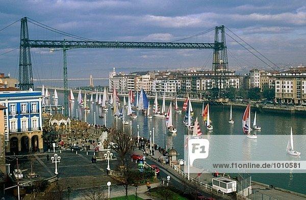 Segelboote Rennen. Puente de Bizkaia  Hängebrücke. Portugalete. Bizkaia  Baskenland  Spanien