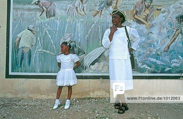 Mutter und Tochter werde die Sonntagsmesse und Taufe im Pentecotist New Testament Kirche. Stadt Kingston. Jamaika. West Indies.