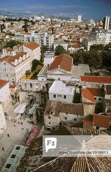 Blick von der Spitze des Glockenturms im Diocletian´s Palace; Dach der Kathedrale St. Dominus  Silber Tor und Split hinaus. Kroatien