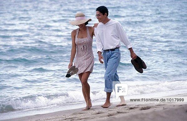 paar Spaziergang am Strand