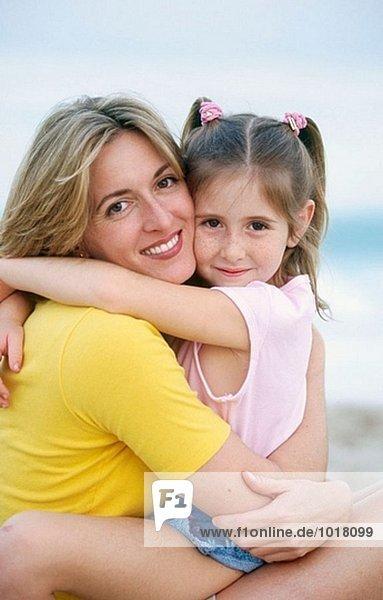 Mutter und Tochter embracing