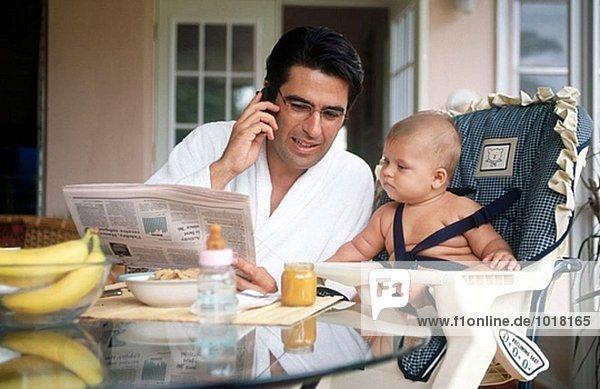 Vater und Baby dem Frühstück