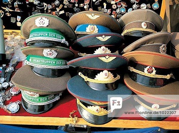 Alte russische und Ostblock militärischen Caps zu verkaufen. Berlin. Deutschland