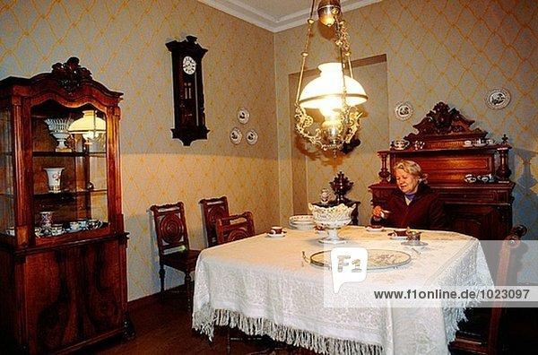 Fjodor Dostoyevsky´s Appartement: die Kuratorin am Esstisch des Museums. St. Petersburg. Russland