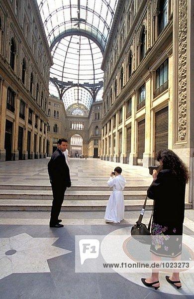 Familie schießen die Kommunion Galleria Umberto. Neapel. Italien