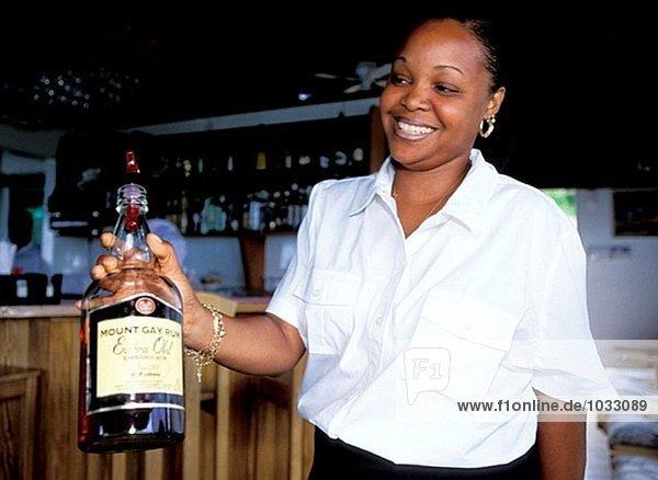 Bajan Kellnerin im Restaurant. Barbados
