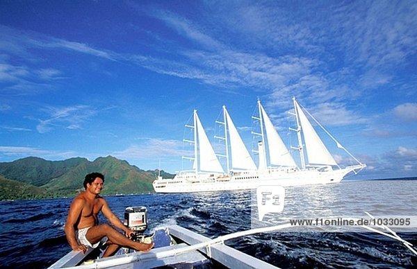 Mann am Boot in der Nähe von Moorea Insel. Französisch-Polynesien