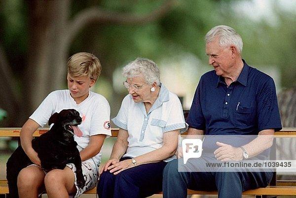 Großeltern mit Boy und Hund