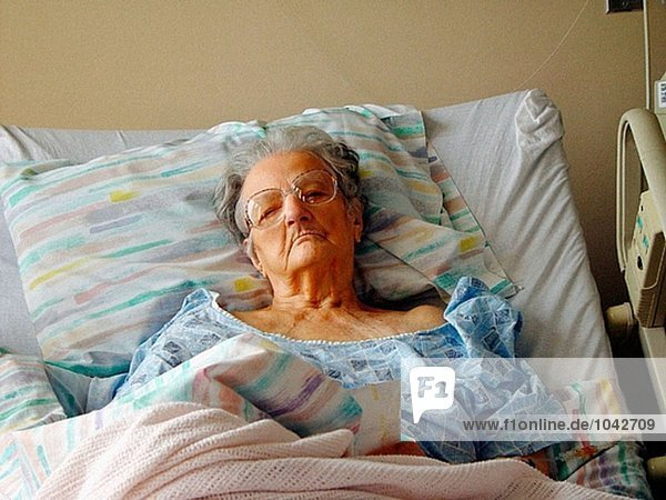 92 Jahre alte Frau in einem Krankenhausbett