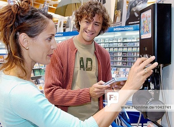 Paar kaufen Musik CD Einkaufszentrum