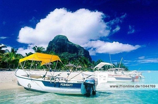 Morne Brabant Strand und gecharterten Booten halb an Land. Mauritius