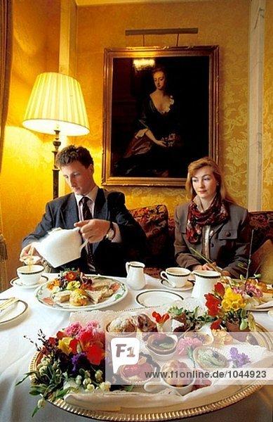 Paar unter traditionellen Springtime Tee. Berkeley Hotel-Lounge. London. England
