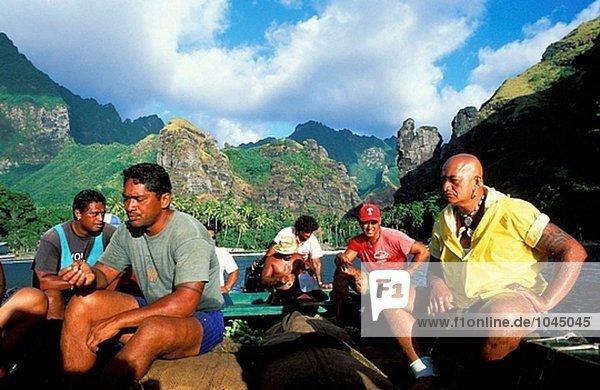 Crew des Frachters Aranui in der Bucht von Jungfrauen. Fatu Hiva. Marquesas-Inseln. Französisch-Polynesien
