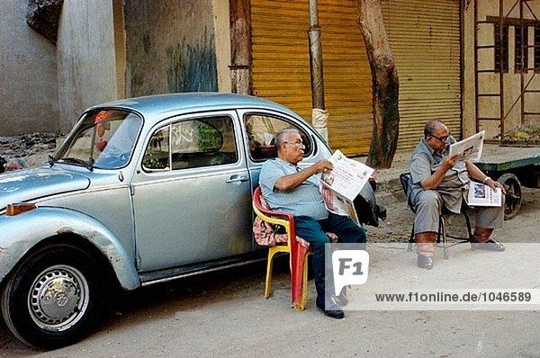 Männer im alten Teil der Stadt. Kairo. Ägypten