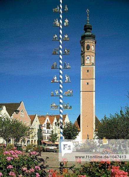 Deutschland  Dorfen  Oberbayern  Kirche St. Vitus  Maibaum