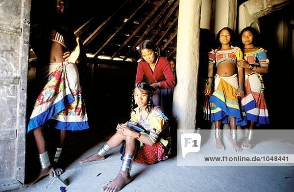 Rana Tharu Girls haare Flechten. Holi-fest. Terai Region. Nepal