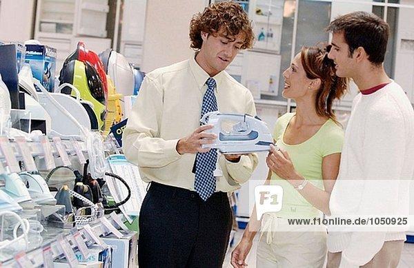 Paar auf der Suche nach einem eisernen Einkaufszentrum