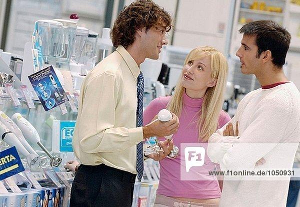 Paar Kauf ein Stabmixer Einkaufszentrum