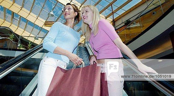 Frauen im Einkaufszentrum