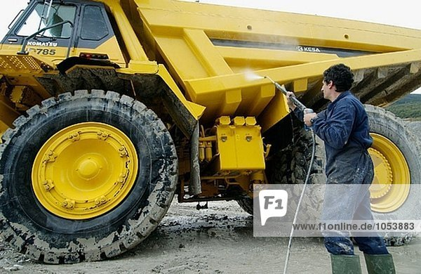 Worker Reinigung Dumper-Truck  Marl vom Steinbruch Zement-Anlage tragen